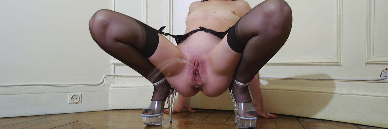Une salope soumise pisse jambes écartées