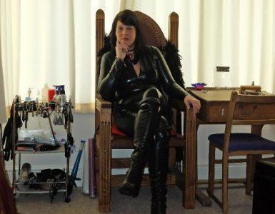 Maîtresse Lucinda, dominatrice très grande